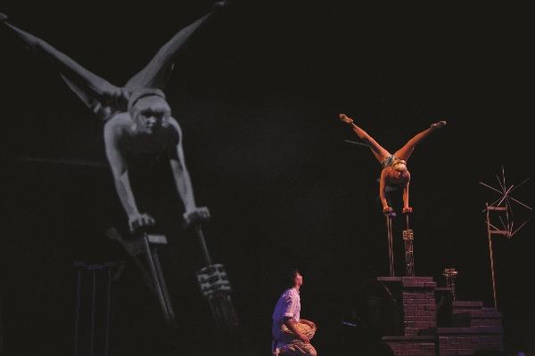 Cirque Iris Hand_Balancing-098 (600×400)